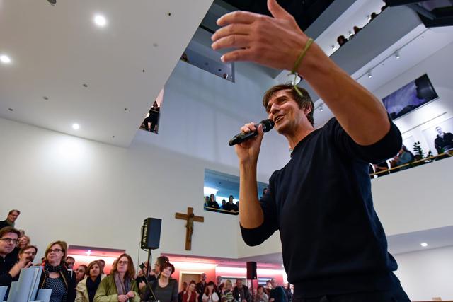 FREELENS Mitglied Bernd Hartung führt die Besucher – verteilt über 4 Etagen – in die Ausstellung ein.