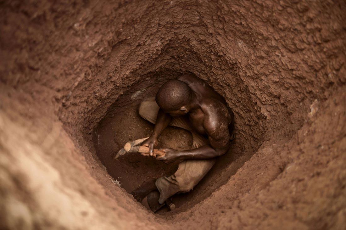 Den dritten Platz Platz in der Kategorie »NGO« belegt der Schweizer Fotograf Meinrad Schade mit seinem Motiv zum Goldabbau in Burkina Faso, entstanden für das Hilfswerk Fastenopfer.