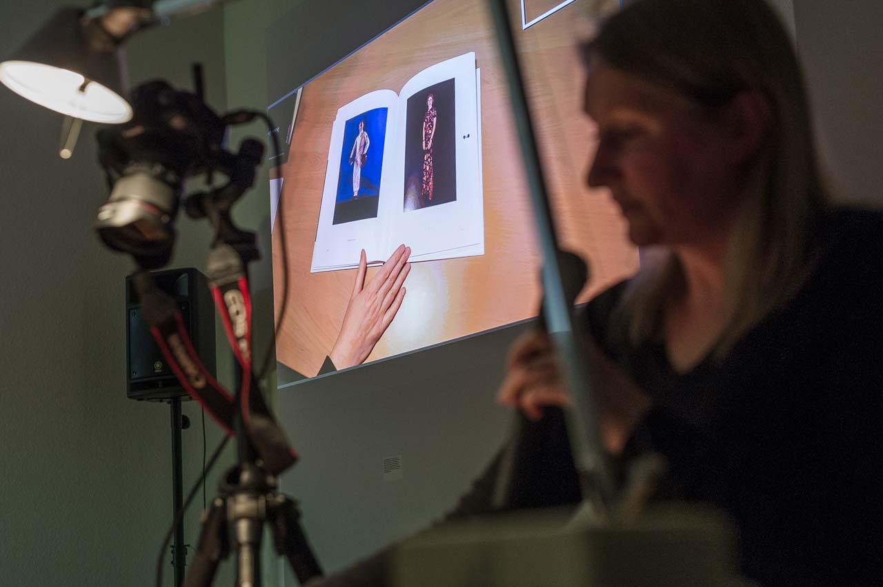 Buchgestalterin Sarah Winter erläuterte anhand praktischer Beispiele, worauf es bei der Gestaltung von Fotobüchern ankommt… Foto: Johannes Arlt