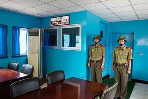 Deleted I – Foto von Grenzsoldaten innerhalb der Demilitarisierten Zone (DMZ). Die Datei musste beim Grenzübertritt gelöscht werden, konnte aber später wiederhergestellt werden.