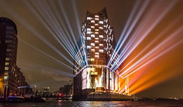 Ralph Larmann zeigt in der Ausstellung »Hello World! Welcome to Hamburg!« fesselnde Bilder der Elbphilharmonie, eingetaucht in die Farbwucht der Lichtinstallation zur Eröffnung. Foto: Ralph Larmann