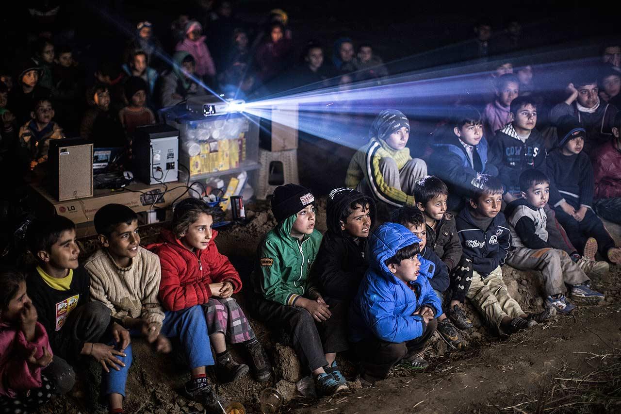 Open-Air-Kino für die Kinder der 14.000 Geflüchteten, die in Idomeni an der griechisch-mazedonischen Grenze auf eine baldige Grenzöffnung hoffen, 5. März 2016.