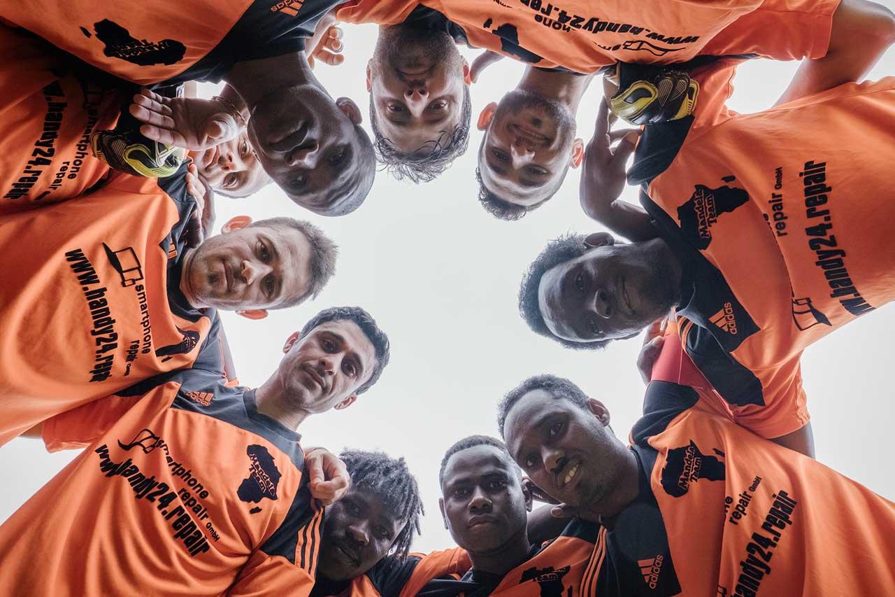Die Fußballmannschaft »Mandela Team« vom SV Yurdumspor besteht nur aus Geflüchteten und spielt in der 4. Kreisklasse, Lehrte bei Hannover, 29. Mai 2016.