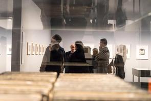 Die Regionalgruppe Berlin ließ sich von Dr. Enno Kaufhold durch die Ausstellung »Kreuzberg–Amerika« im C/O Berlin führen.