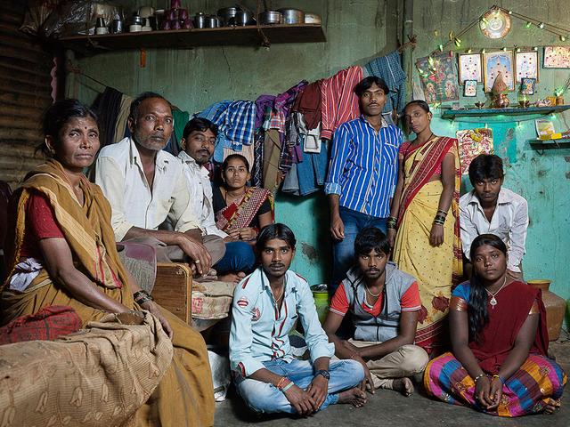 Sabanna: Die Familie lebt mit 10 Personen in zwei kleinen Räumen einer Hütte, es wird am Boden mit Feuer gekocht, im gleichen Raum geschlafen und gegessen.