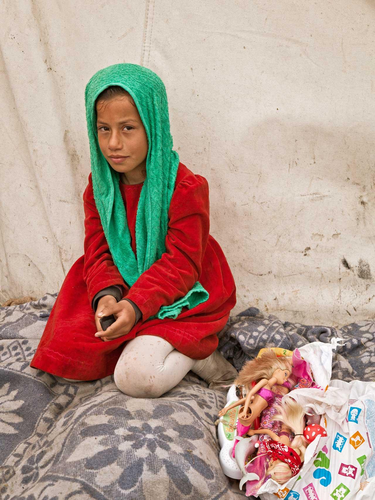 Amna, 10, vor dem Zelt ihrer aus Syrien geflohenen kurdischen Familie im Flüchtlingslager von Idomeni, Griechenland.