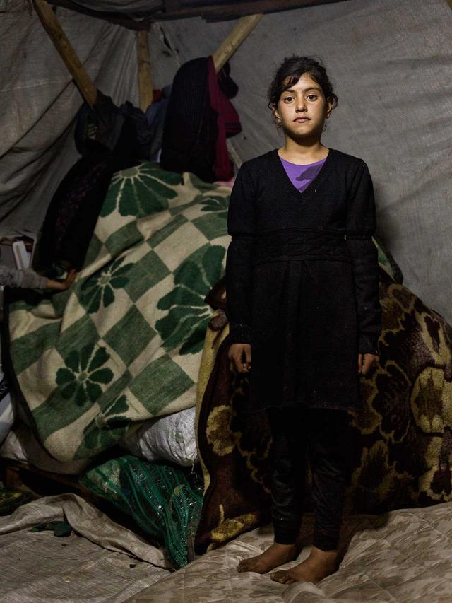 Buesra, 11, lebt mit ihrer Familie in Torbali, Izmir, in einem Zelt. Seit ihrer Flucht im Dezember 2015 aus der Nähe von Kobane in Nordsyrien hat sie keine Schule mehr besucht – stattdessen arbeitet sie jetzt mit anderen Kindern als Erntehelferin.