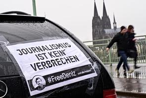 Autokorso für Deniz Yücel und alle anderen in der Türkei inhaftierten Journalisten.