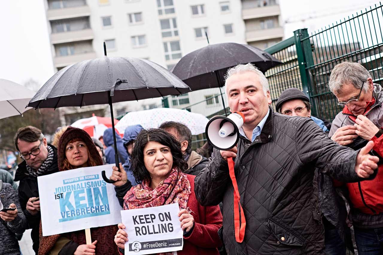 »Journalismus ist kein Verbrechen« – Solidaritätsbekundungen waren auch ohne Auto möglich. Foto: Roland Geisheimer