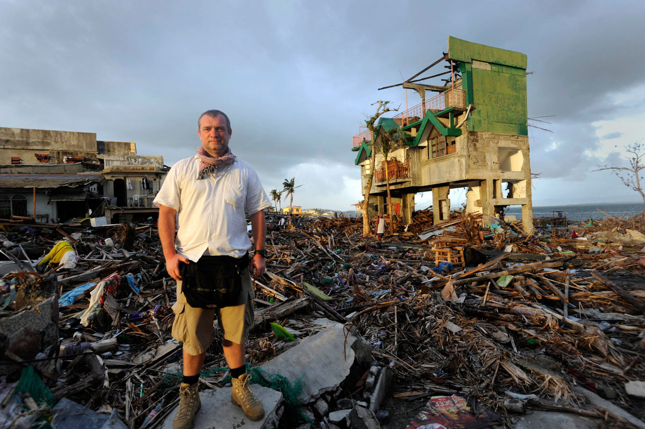 Ende 2013 dokumentierte Jens Grossmann die Zerstörungen durch Taifun »Haiyan« auf den Philippinen. Ein Jahr danach kehrte er zurück ins Katastrophengebiet, um die Veränderungen festzuhalten.