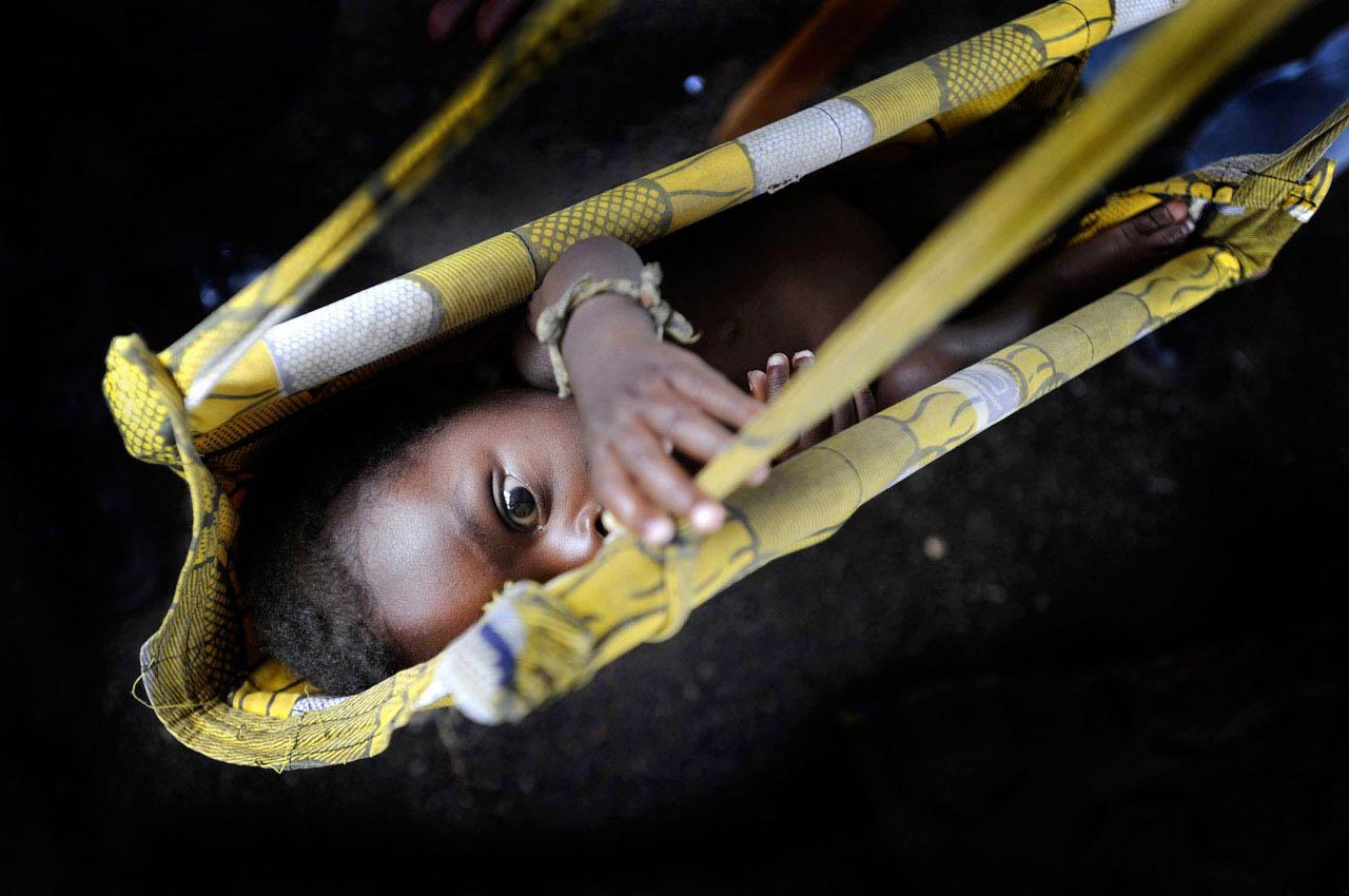Ein Junge wird in einem Hospital in Kitshanga, Kongo, gewogen.