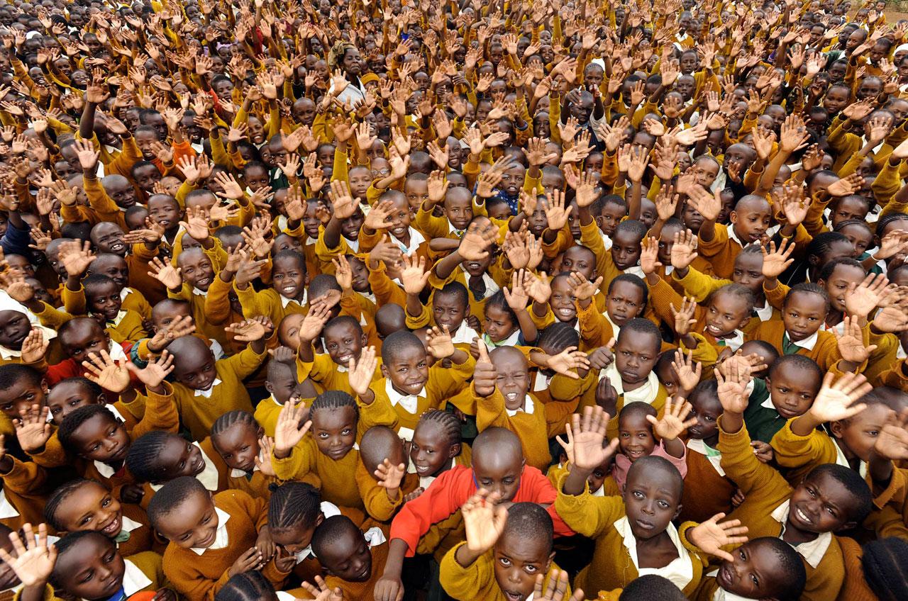 1400 Mädchen und Jungen einer Schule in Nairobi, Kenia.