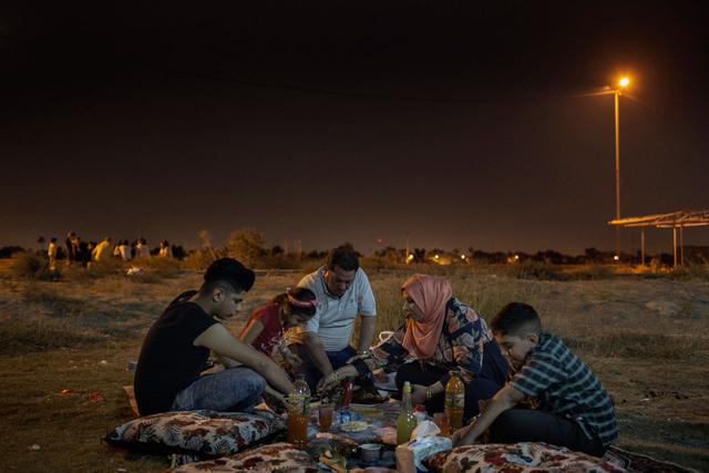 Laith Majid Al Amiri (Mitte), seine Frau Nada Adel Marasma und ihre Kinder Ahmed, Nour und Taha picknicken im Oktober 2016 in der Nähe des Tigris, Bagdad. Die Familie, die 2015 über Kos nach Deutschland geflohen war, kehrte Anfang 2016 aus familiären Gründen zurück in die Heimat.