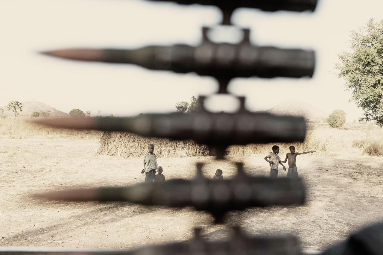 Eine Nuba-Rebellen-Patrouille am Guru-Hügel, Sudan. »Das Gift des Krieges« beschäftigt sich mit dem Kampf der Nuba gegen die Soldaten des Regimes, gegen den Hunger und einen seltsamen Rauch, der die Menschen verletzt. Foto: Armin Smailovic