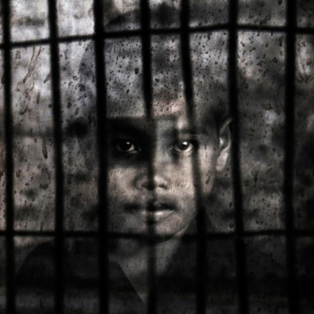 Bei der Ankunft im Gefängnis von Tuol Sleng wurden die Gefangenen fotografiert und mussten detaillierte Autobiografien angeben. Danach wurden sie gezwungen, sich auszuziehen und ihr Hab und Gut wurde beschlagnahmt. Ein Dokument des Oberbefehlshabers hatte folgende Anmerkung an der Unterseite: »Heute haben wir auch 160 Kinder getötet von insgesamt 178 Gegnern.«
