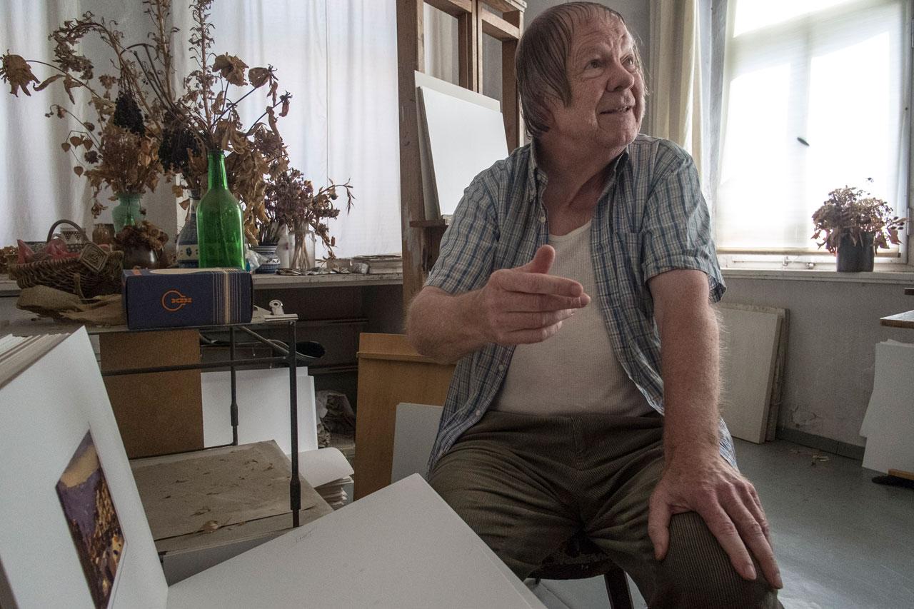 Hans Peter Hund, Wurzen, 624,5 km: Hund ist nicht nur Maler, er ist auch Opfer der DDR-Repression. Seine dunkle, expressive Malweise passte nicht in das Parteibild vom sozialistischen Menschen. Seine Werke verkaufte der staatliche Kunsthandel ins Ausland, das Geld wurde angespart. Ins westliche Ausland durfte er Jahrzehnte lang nicht reisen. Er hielt sich mit Auftragsarbeiten über Wasser und irgendwann platzte ihm der Kragen: Bei der Jahrestagung des Verbands Bildender Künstler der DDR, steht er auf und hält eine kurze Rede.