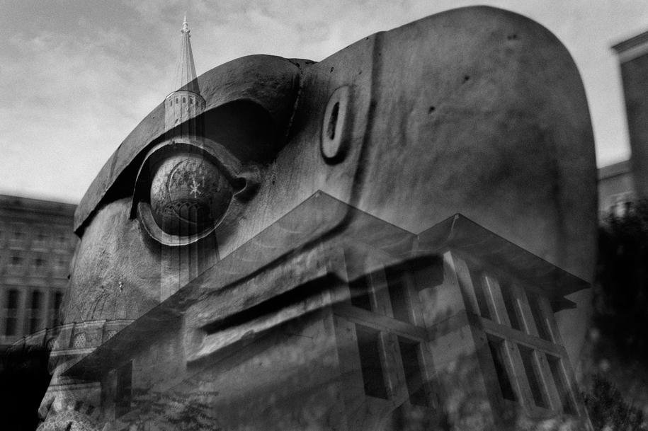 Ein Autor und ein Fotograf haben sch auf den Weg gemacht, um unser Land neu zu vermessen. Sind wir im Frieden? Sind wir im Krieg? 100 Orte, 100 Fotos, 100 Texte. Der »Atlas der Angst«.