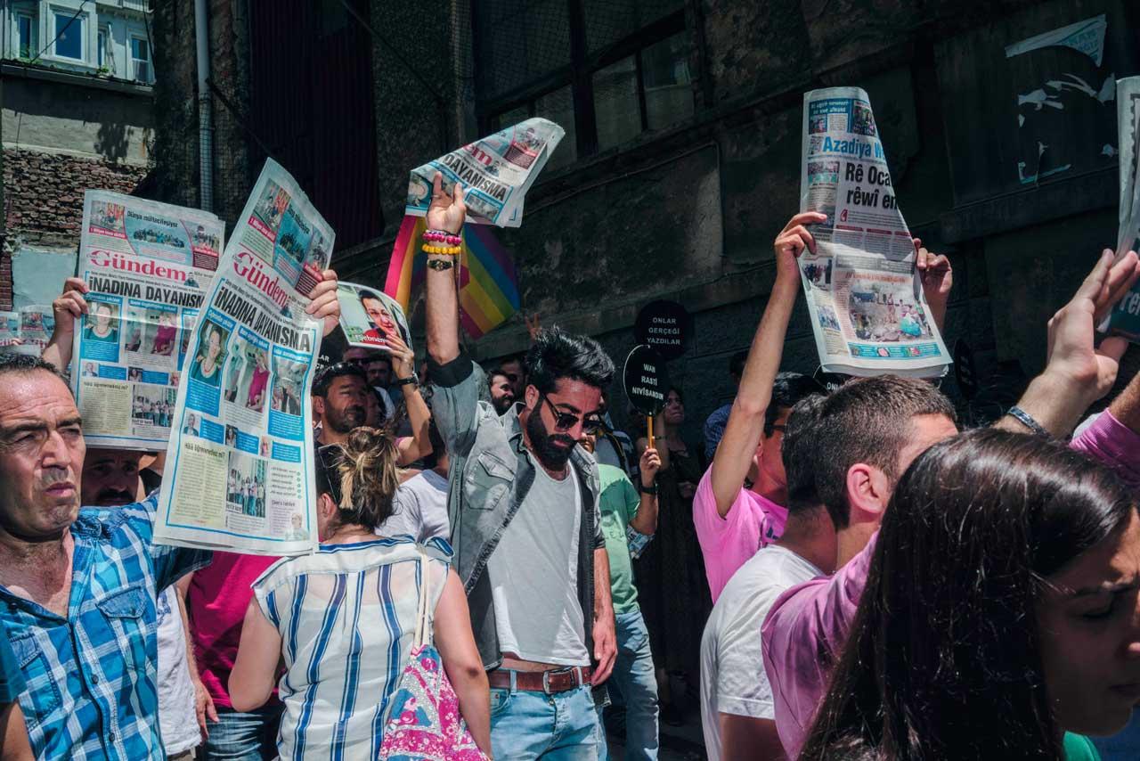 Vor der Redaktion der Zeitung Özgür Gündem protestieren Istanbuler im Juni 2016 gegen Angriffe auf die Pressefreiheit. Kurz zuvor waren mehrere Menschen festgenommen worden, weil sie an einer Solidaritätsaktion für die türkisch-kurdische Zeitung teilgenommen hatten, darunter auch ROG-Korrespondent Erol Önderoglu. Der britische Fotograf Guy Martin zeigt in seinen Bildern die bedrückende Atmosphäre in einem Land, das sich in den vergangenen Jahren rasant verändert hat.