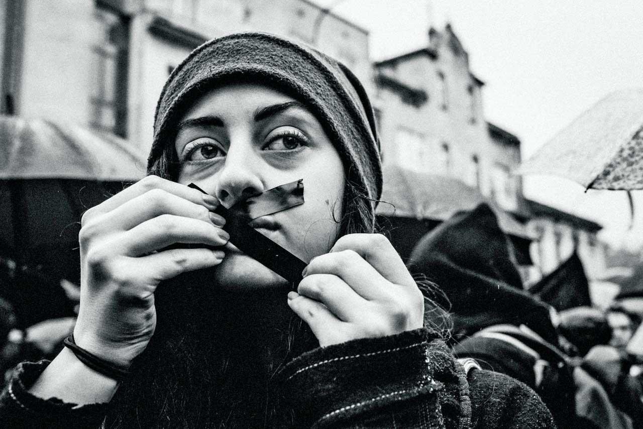 Unter dem Motto »Schwarzer Protest« demonstrierten Anfang Oktober 2016 zehntausende Polinnen, wie hier in Krakau, gegen einen Gesetzentwurf, der ein fast vollständiges Abtreibungsverbot vorsah und Frauen Haftstrafen von bis zu fünf Jahren androhte. Der Fotograf Jacek Taran begleitet die massiven Proteste der Bevölkerung gegen die nationalkonservative Regierung. Er ist dabei Reporter und persönlich Betroffener zugleich.