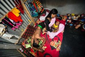 Sandra Hoyns Serie »Das Verlangen der Anderen«, welche den Alltag der Sexarbeiterinnen im Kandapara Bordell in Bangladesh dokumentiert, wurde bei den Sony World Photography Awards 2017 mit dem 1. Platz in der Kategorie »Alltag ausgezeichnet.