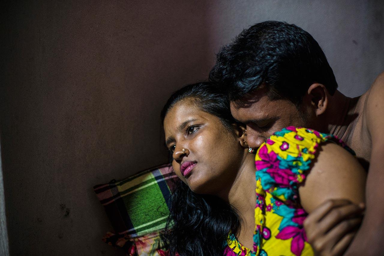 Viele der Frauen im Kandapara Bordell wurden innerhalb des Schutzes der Bordellmauern geboren. Ihre Kunden sind Polizisten, Politiker, Farmer, Fischer, Fabrikarbeiter und Teenager.