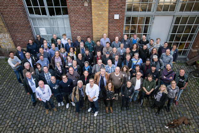 78 Mitglieder aus ganz Deutschland kamen zum FREELENS Jahrestreffen in Köln – für das obligatorische Gruppenbild versammelte man sich vor dem Alten Pfandhaus.