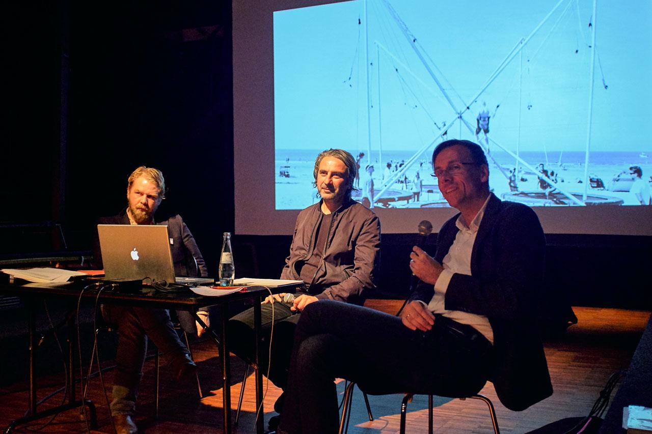 Autor Dirk Gieselmann, Fotograf Armin Smailovic und Moderator Sven Preger (Deutschlandradio Wissen) während der Präsentation des Projekts »Atlas der Angst«.
