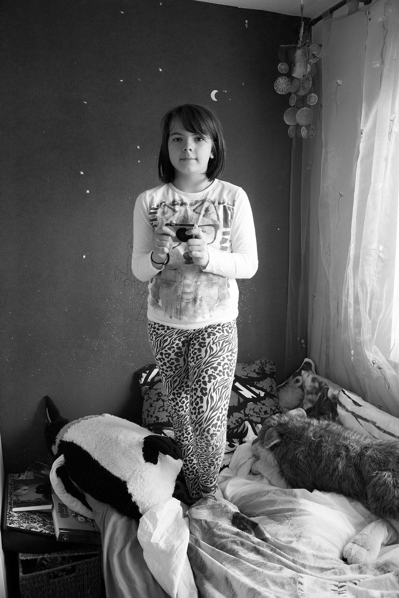 »Ich mache öfters Selbstporträts, weil ich daran Spaß habe, mich selber zu sehen an verschiedenen Orten und Hintergründen und als Erinnerung, dass ich da war, als Beweis für mich selber.« Mila, 11 Jahre. Ihr Bruder Felix (geb. 2002) leider an der Stoffwechselkrankheit Mukolipidose.