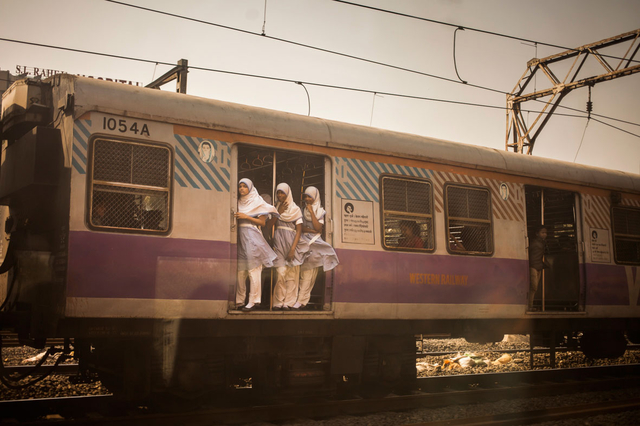 Tamina-Florentine Zuch wird mit dem »Stern Stipendium« ab Juli 2017 als festangestellte Fotografin für das Magazin unterwegs sein. Ihre Arbeiten wurden bereits mehrfach im Stern veröffentlicht, so wie z.B. ihre Reportage über Bahnreisen in Indien.