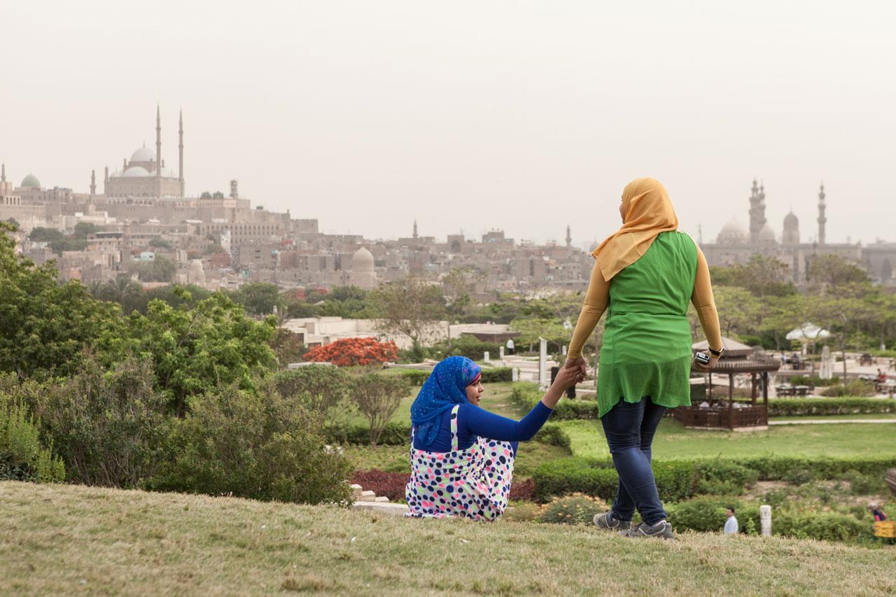 Frauen im Park Al Ahzar mit Blick auf die Zitadelle von Saladin, Kairo. Foto: Amélie Losier