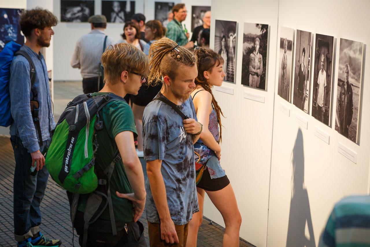 Alleine im Depot werden Arbeiten von 27 Fotograf*innen gezeigt.