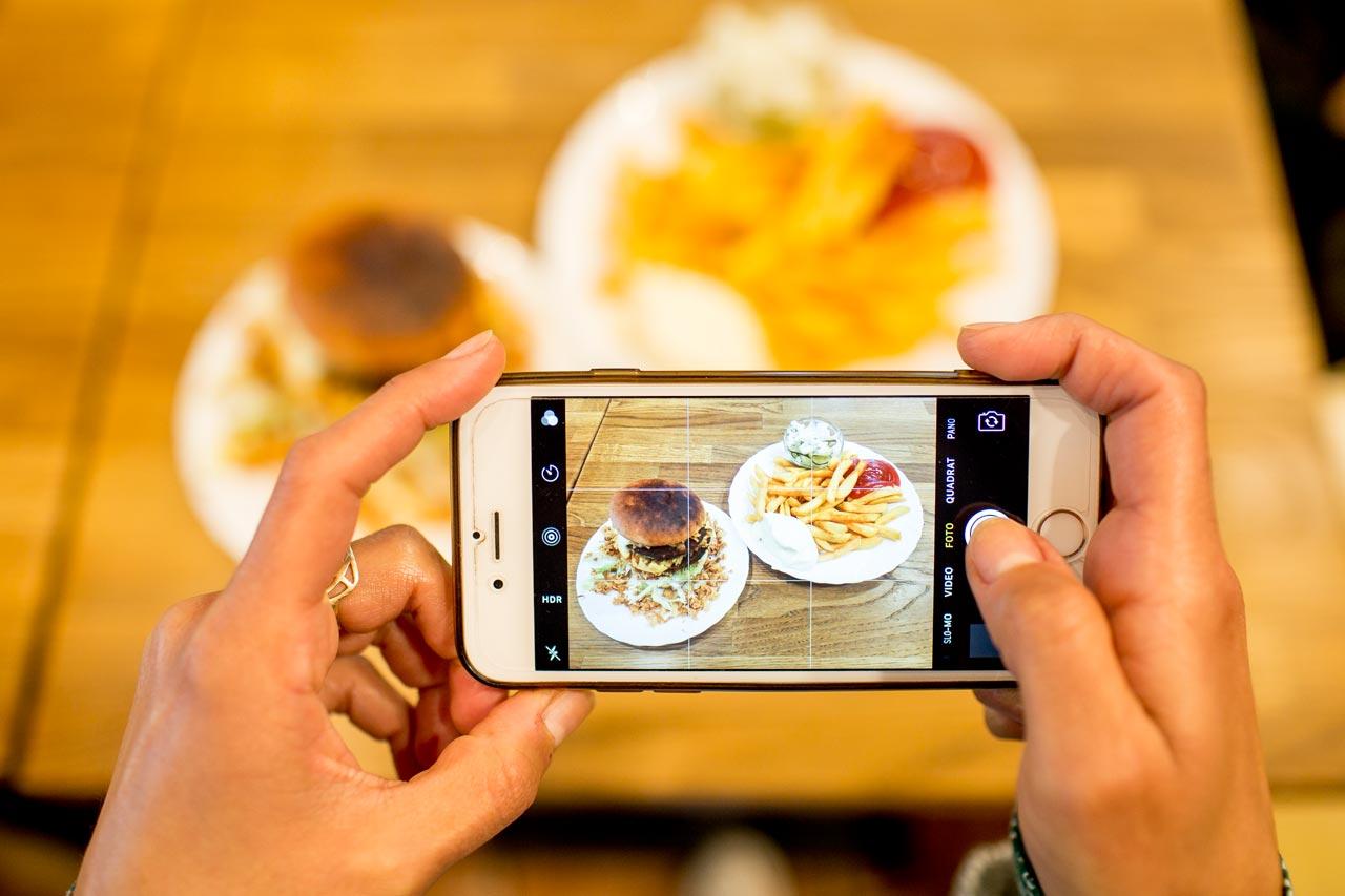#burgerlove: Viele User entwerfen auf Instagram eigene Identitäten mit Bildern aus ihrem Alltag… Und so wird auch das Mittagessen millionenfach zum Ereignis, das einen Post »wert« ist.