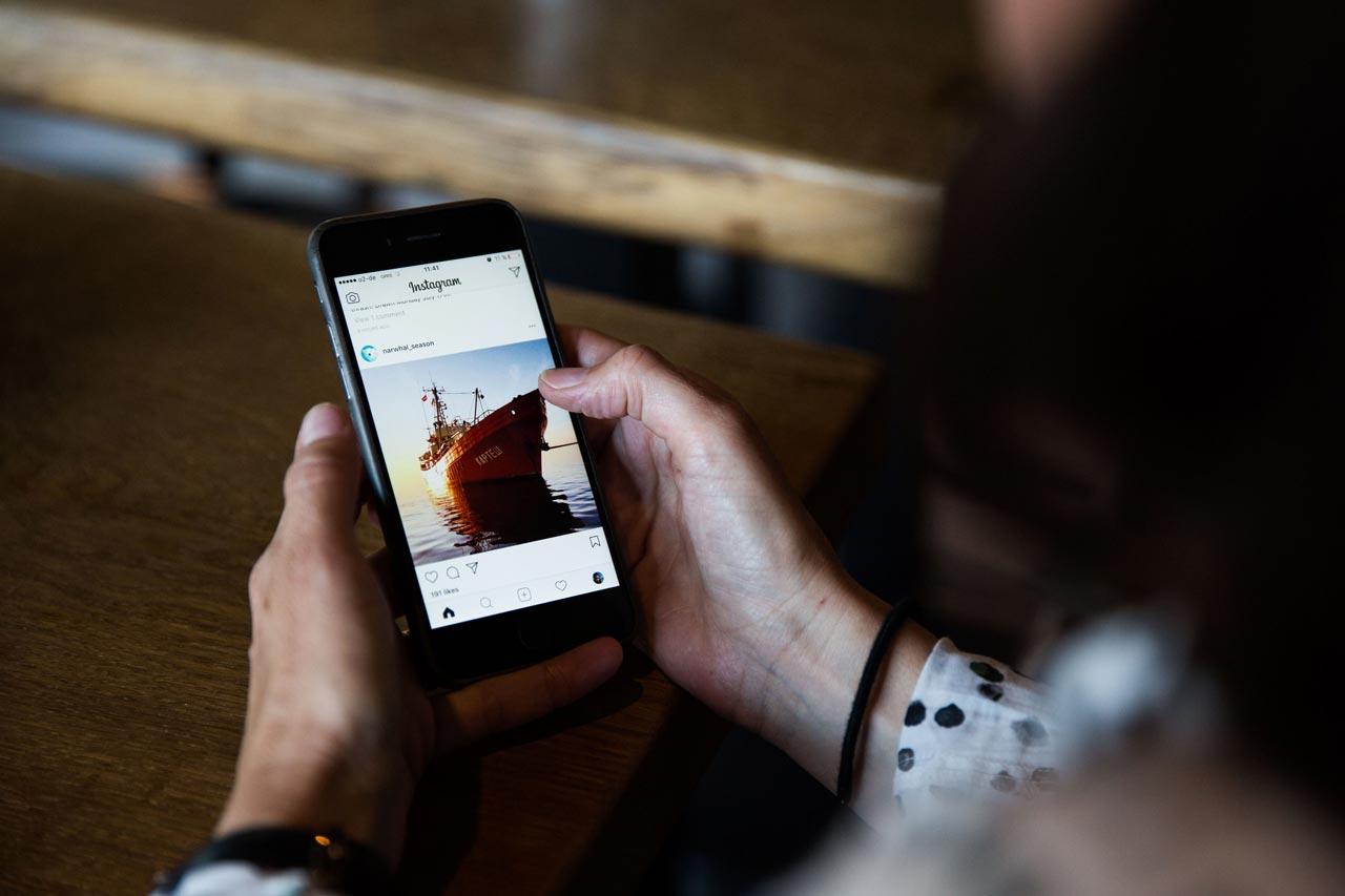 Instagram und Facebook werden nicht nur genutzt, um nach Themen und Bildern zu suchen, sondern auch, um mit Fotograf*innen Kontakt aufzunehmen und sich über deren aktuelle Projekte auf dem Laufenden zu halten.