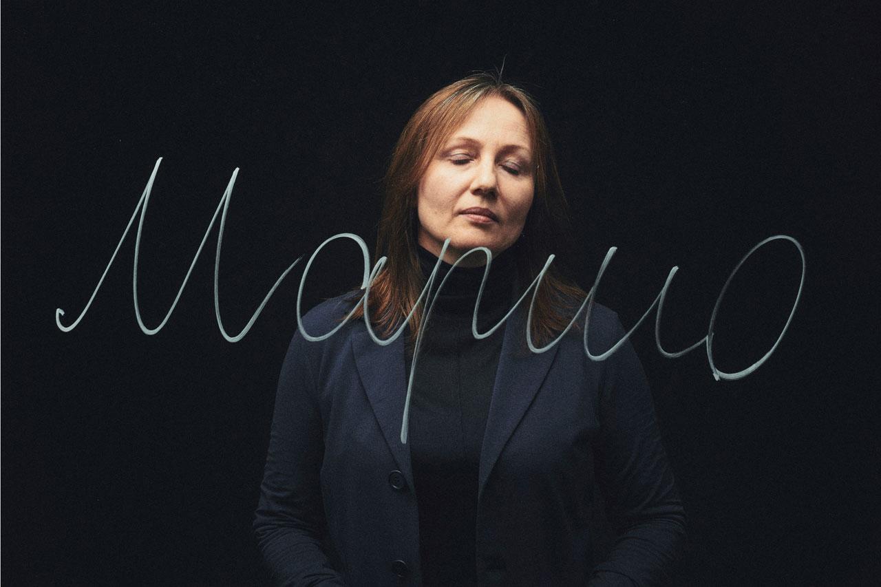 Maynat Kurbanova arbeitete ab 1991 für verschiedene russische Massenmedien. Seit Anfang des zweiten Tschetschenienkrieges war sie als Korrespondentin der Moskauer Zeitung Nowaja Gaseta und für die Radiostation Swoboda im Nordkaukasus, auch in Tschetschenien, tätig. Sie berichtete über die Kriegsereignisse, die unrühmlichen Taten des Militärs und die Gewalt in der Tschetschenischen Republik. Nach mehreren Drohungen gegen ihre Person verließ sie Russland.