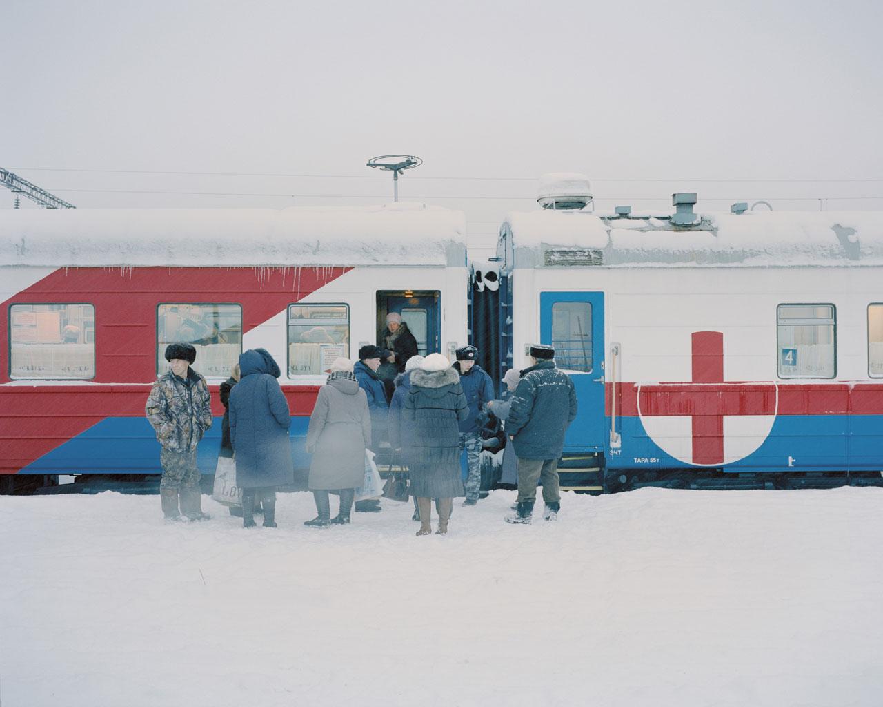 Bei Temperaturen weit unter dem Gefrierpunkt warten Patienten am Eingang des Registrierungswaggons. Kuragino, Krasnoyarsk Krai, Russland, 2016.