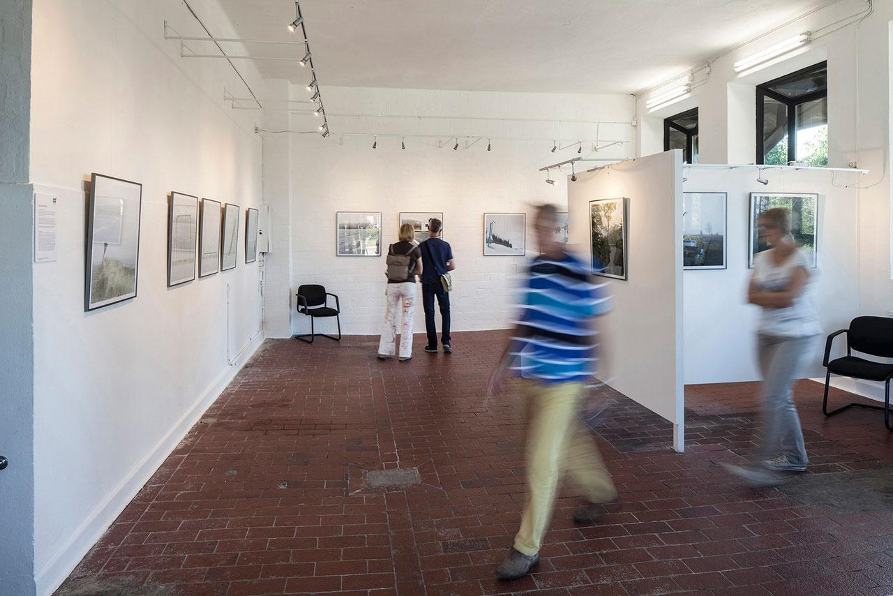 Besucher des ersten RAW Photofestivals 2016 in der Galerie ART99 im Kunstcentrum Alte Molkerei, Worpswede.