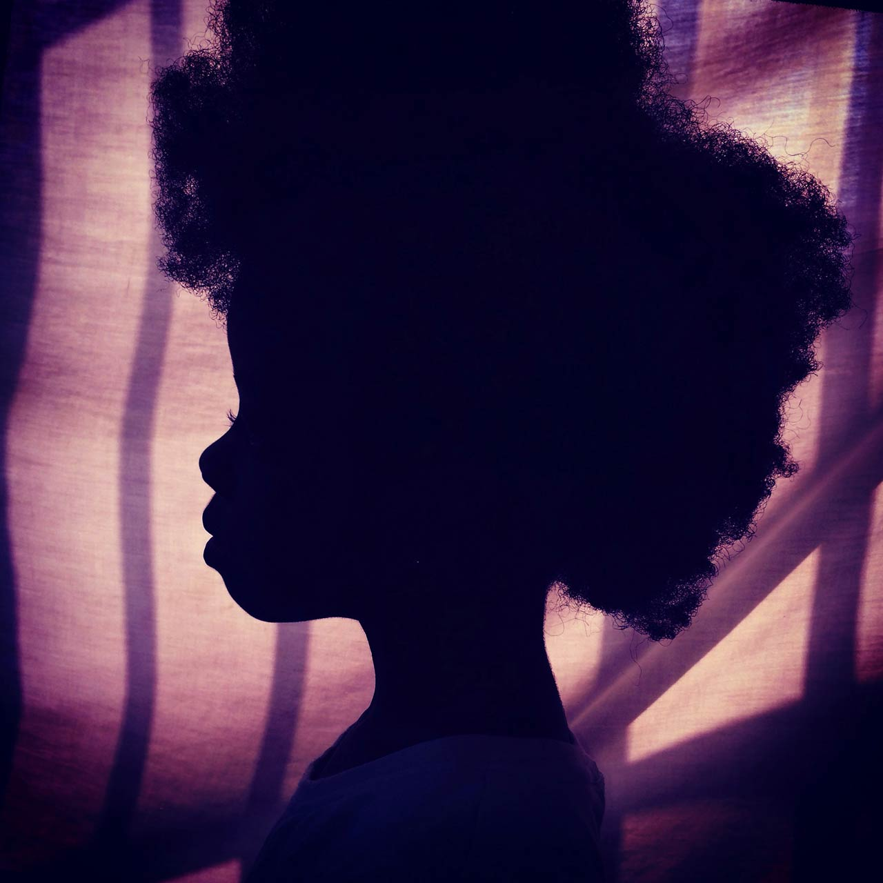 @africashowboy für @everydayafrica – »Afro on purple. Silhouette of my daughter. Accra, Ghana.«